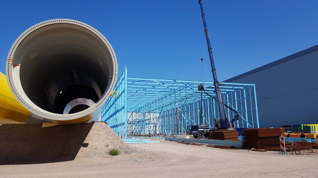 Kraanwagen van MHM montage is bezig een coating hal te bouwen voor de Sif Group